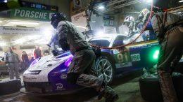 Richard Lietz beim Fahrerwechsel in der Nacht von Le Mans - Foto: Porsche Motorsport